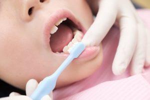 歯磨きされている子ども